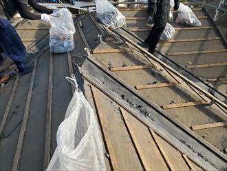 瓦屋根の屋根葺き替え工事にて既存瓦の撤去