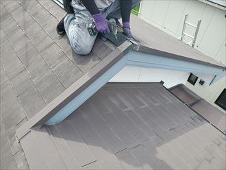 棟板金交換工事で棟板金の下地材の貫板を設置します