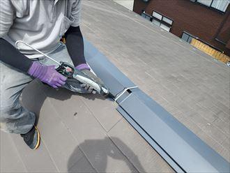 棟板金の継目にコーキング材を充填し固定します