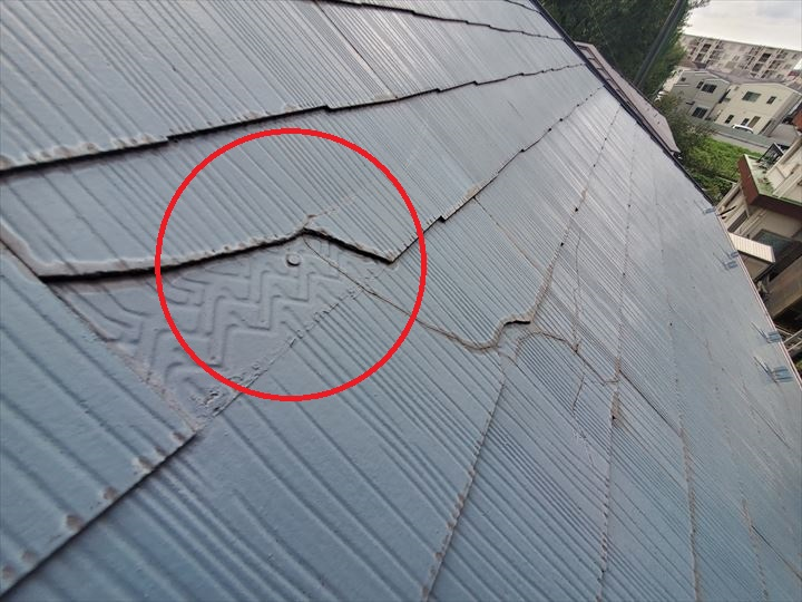 スレートを固定している釘が露出しています