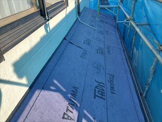 屋根カバー工事で新しいルーフィングにタディスセルフを敷設