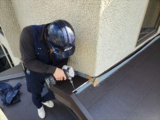屋根葺き替え工事で下屋根にスーパーガルテクトを設置