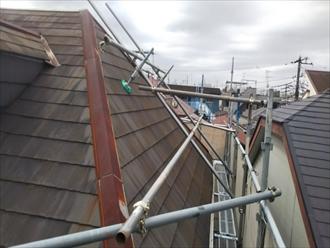 急勾配の屋根工事では屋根足場が必須となります