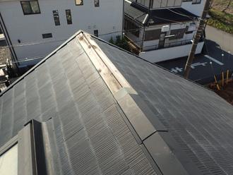 強風により屋根の棟板金が一部、飛散した様子