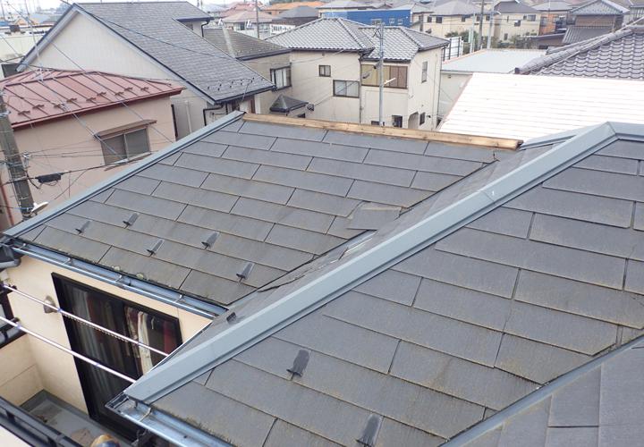 台風による被害を受けたコロニアル屋根
