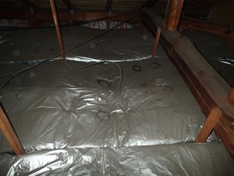 小屋裏の断熱材に雨染みができていました