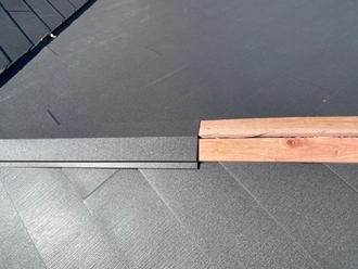 棟板金を貫板に固定していく