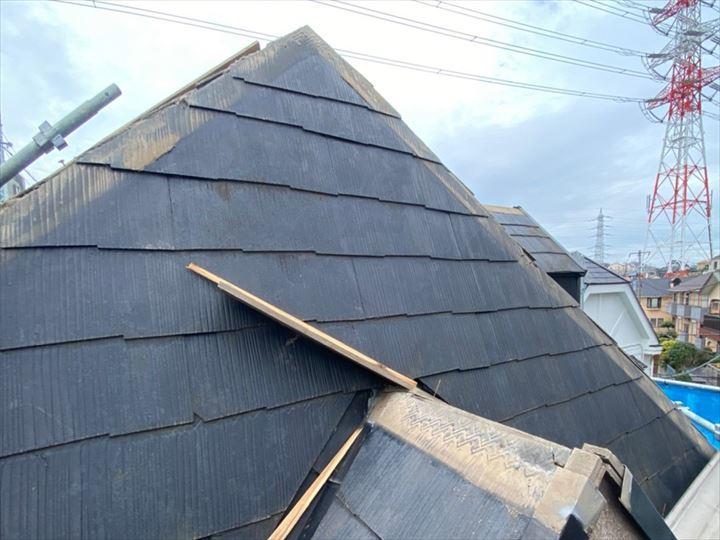 棟板金交換工事で既存の貫板を解体撤去