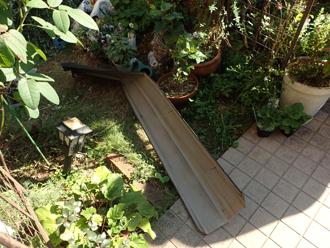 庭先に落下した棟板金は変形していました