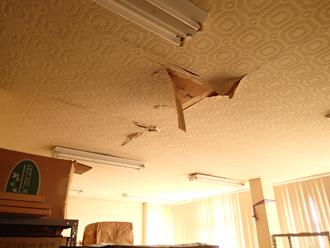 雨漏りによる室内天井の剥がれ