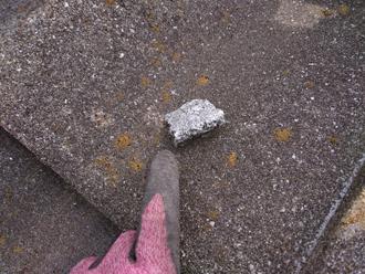屋根には漆喰の破片が落ちていました