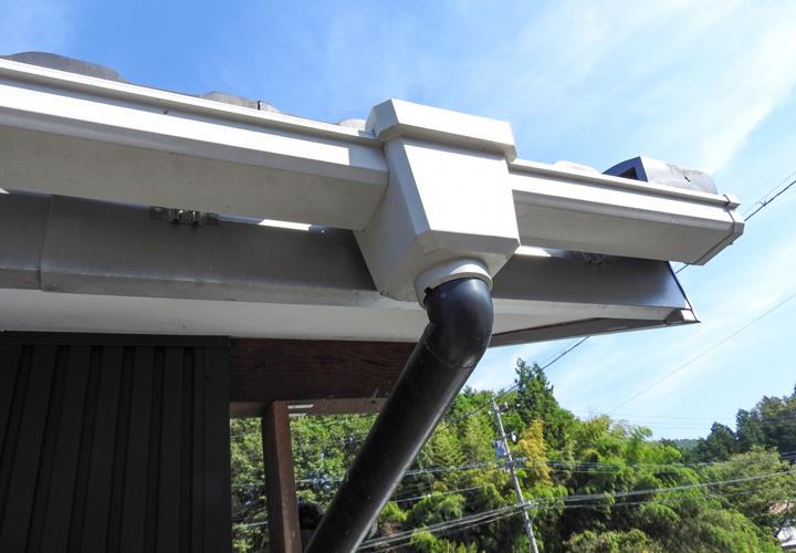 雨樋が詰まる原因とカバーを設置する対策方法についてご紹介します!