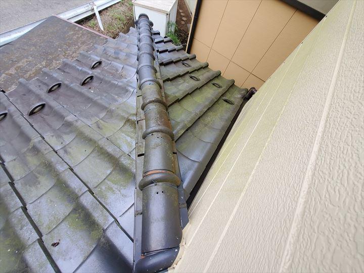 下屋根の棟が歪んでいます