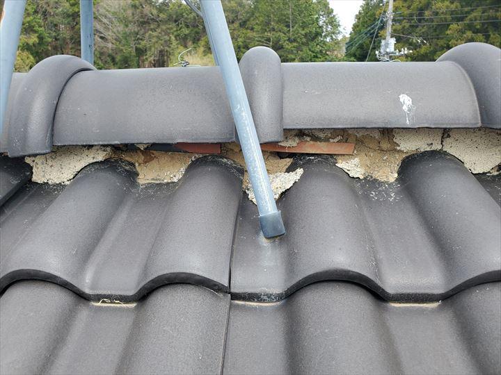 漆喰が剥がれて葺き土が露出すると雨漏りに繋がります