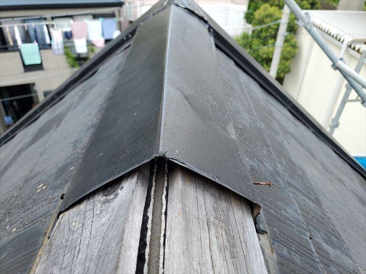 棟板金が飛散してしまい防水紙が露出