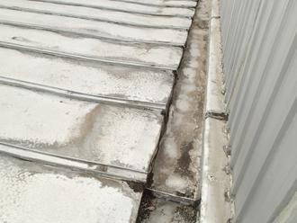 雨漏りにより屋根材が変形しています