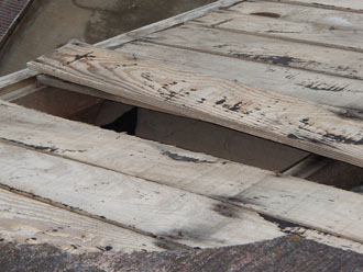 破損した屋根のアップ