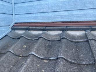 屋根と外壁の取り合い部分の漆喰を詰め直しました
