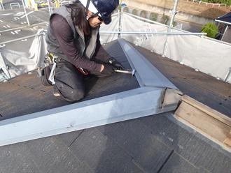 棟板金や貫板を解体し、スレートも剥がします