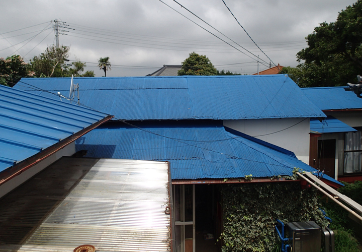 雨漏りの発生した金属波板屋根の調査