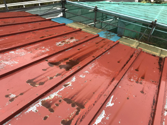 トタン屋根の表面には錆びや劣化も見られます