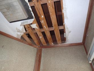剥がれた室内の天井