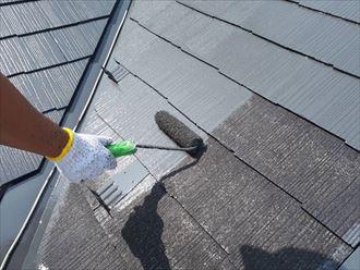 屋根の中塗りを行っています