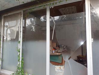 台風により割れた窓ガラス