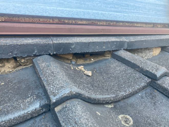 屋根と外壁の取り合い部分の漆喰が朽ちています