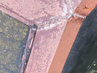劣化した棟板金の繋ぎ目
