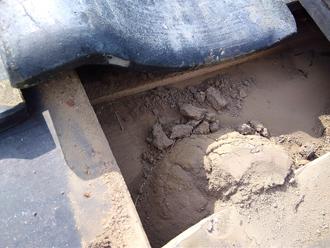 瓦の下には土が溜まっていました