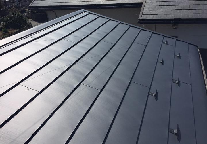 横暖ルーフαsを使用した屋根カバー工事が完了