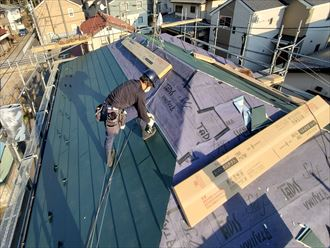 屋根カバー工事にてスーパーガルテクトを使用