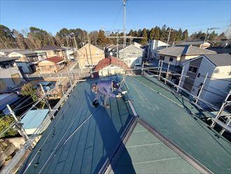 屋根カバー工事にて棟板金設置の様子