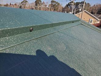 屋根カバー工事にて棟板金をSUSビスで固定