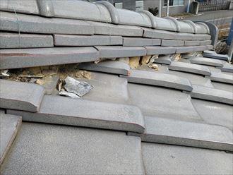 漆喰が剥がれて葺き土が露出すると雨漏りや棟の崩壊に繋がります