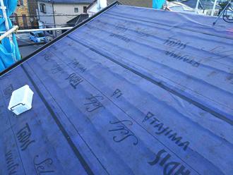 既存の棟板金を撤去し防水紙を敷設