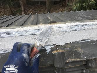 冠瓦を固定する為南蛮漆喰を塗る