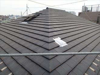 割れた屋根材を保護している