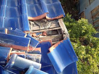 台風によって崩れた棟瓦