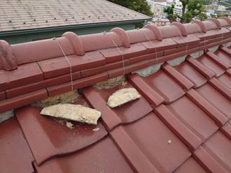棟瓦の漆喰が剥がれています