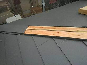 貫板と棟板金を取り付ける
