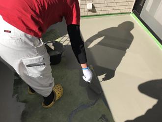 樹脂モルタルで細かな下地の窪みやひび割れを補修