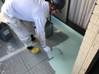 ウレタン樹脂塗料を均一に塗ります