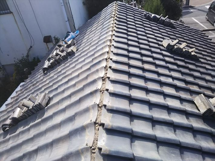 棟取り直し工事にて既存の棟を解体し撤去致します