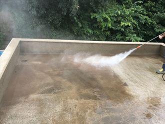 ウレタン防水通気緩衝工法にて高圧洗浄で土埃や苔を除去