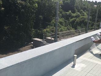 陸屋根防水工事にて立上がりや笠木部分をメッシュシートで補強