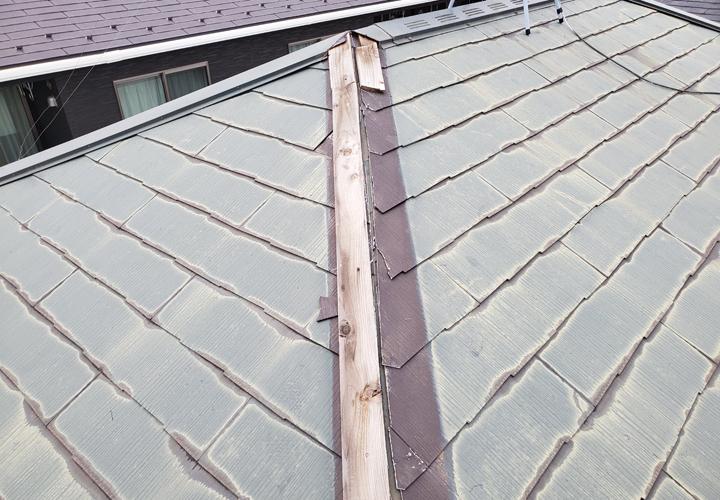隅棟が破損したスレート屋根