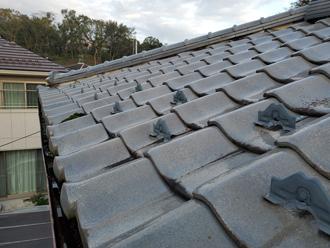 雪止めが設置された瓦屋根