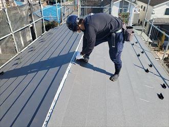 屋根葺き替え工事にてスーパーガルテクト設置の様子